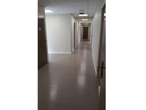 batiment-modulaire-aeroport-marseille-interieur-couloir.jpg