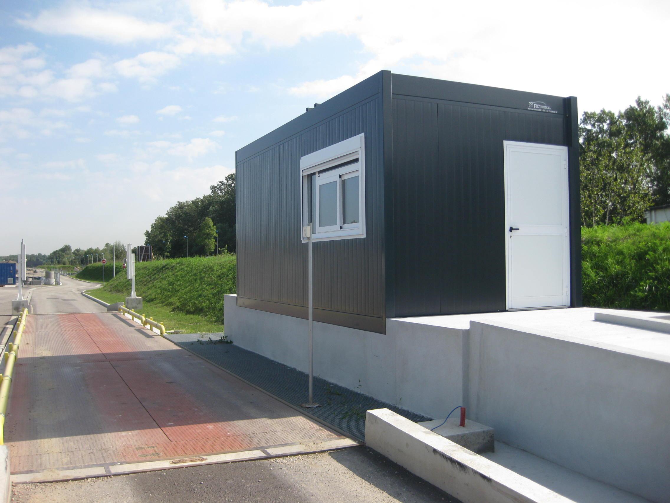construction d 39 un local gardien modulaire et d 39 un bureau pr fabriqu. Black Bedroom Furniture Sets. Home Design Ideas