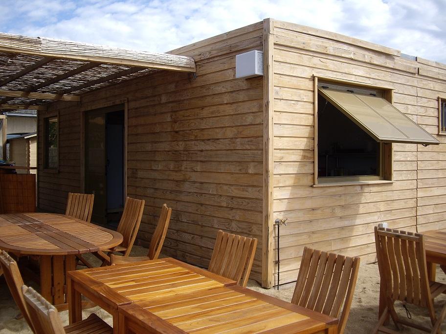 Construction modulaire en bois pour un snack de plage for Container bois occasion