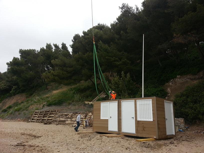 Hélitreuillage d'un poste de secours modulaire sur une plage