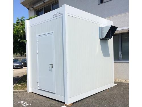Construction d'une cabine préfabriquée pour abriter des machines