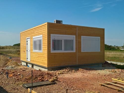 Installation d'un bureau d'accueil préfabriqué dans une déchetterie en Pays de la Loire