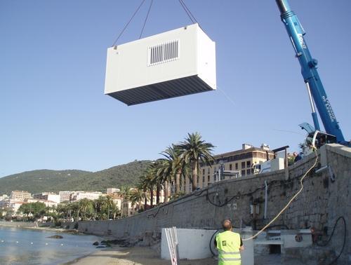 Poste de secours modulaire installé sur une plage en Corse