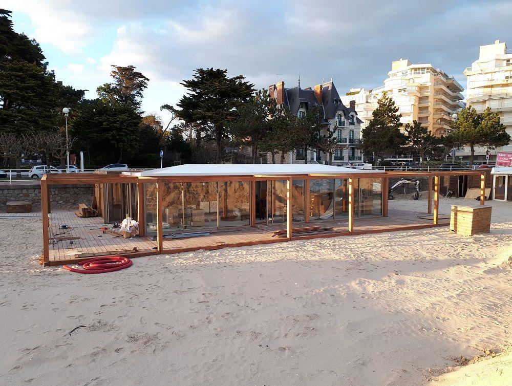 Construction d'un restaurant modulaire démontable sur la plage de La Baule