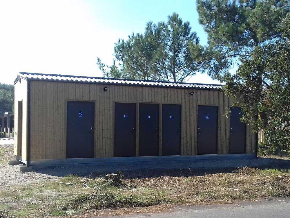Construction hors-site de sanitaires publics modulaires PMR pour le tourisme en Gironde