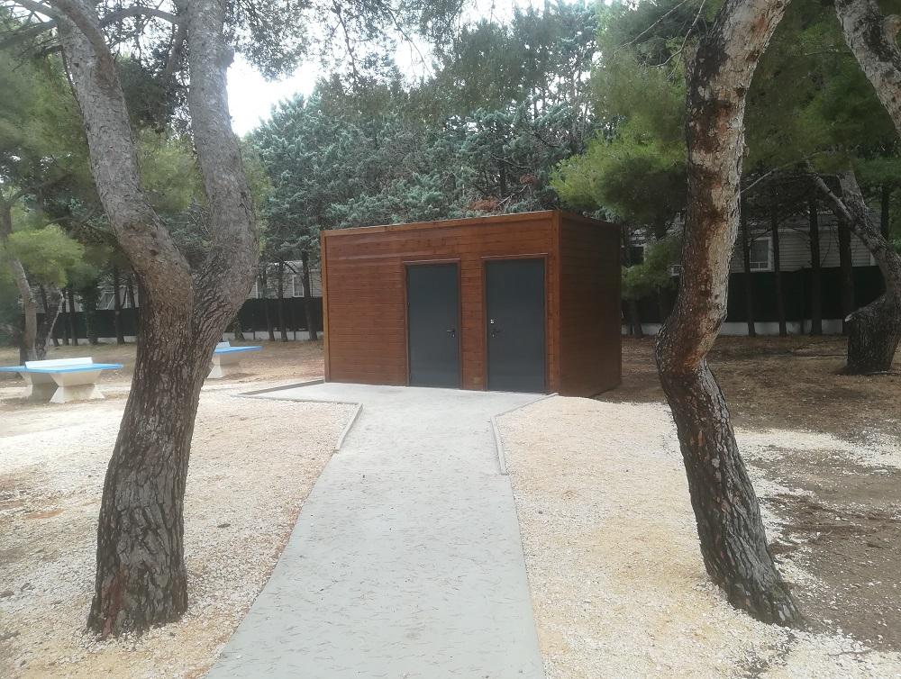 Fourniture et installation de toilettes modulaires pour un centre de loisirs à Martigues