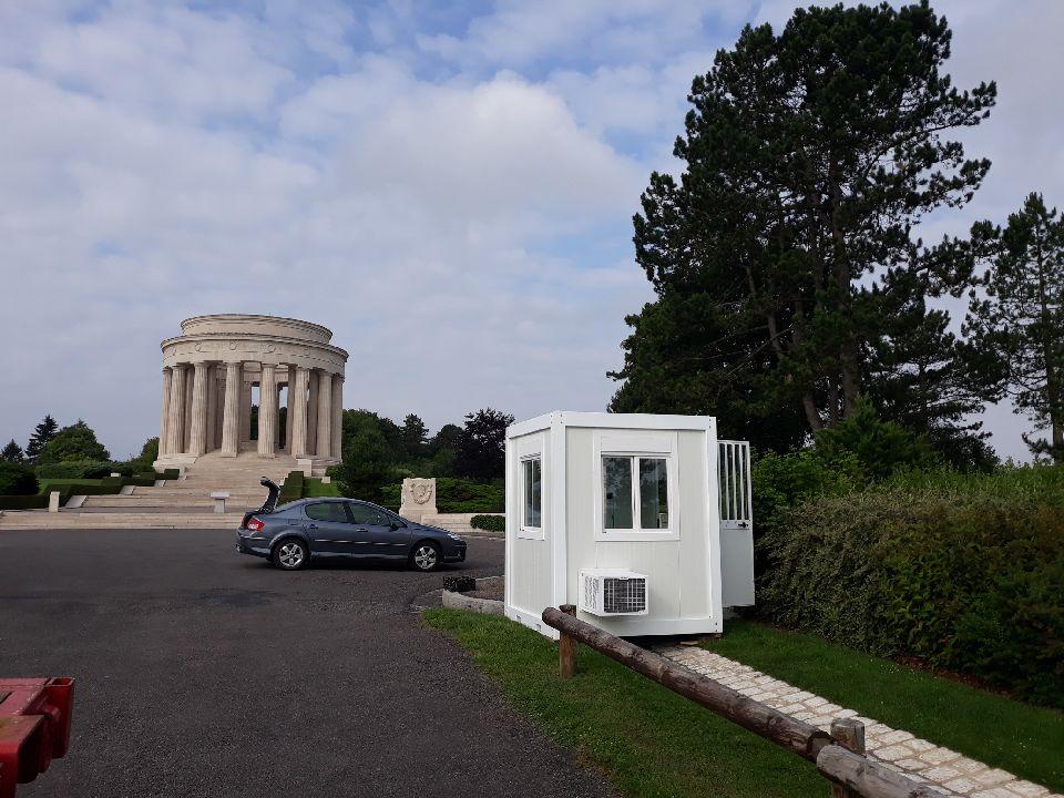 Installation d'un module guichet au mémorial américain de la butte de Montsec
