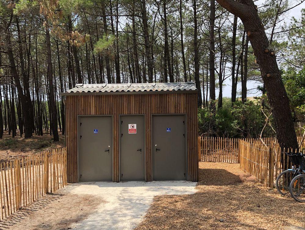 Construction et installation de modules sanitaires et douches pour les surfeurs sur les plages de Lacanau